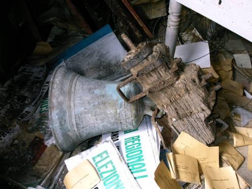 la campanella della ex-chiesa come e stata trovata