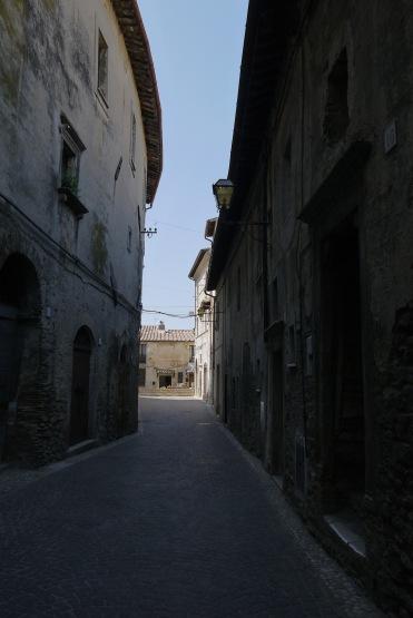 La strada vista dal arco d'ingresso